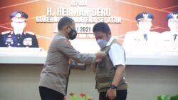 Kapolda Sumsel Irjen Pol. Prof. Dr. Eko Indra Heri, M.M kepada Gubernur Sumsel H.Herman Deru, di Auditorium Bina Praja, Senin (5/7) siang.