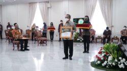 Wakil Presiden RI, K. H. Ma'ruf Amin didampingi Menteri Pertanian RI, Syahrul Yasin Limpo menyerahkan penghargaan Abdi Bakti Tani 2021